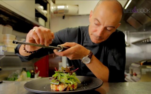 Gilles Stighezza termine son délicieux tartare de saumon avec un zeste de Kumbawa