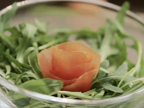 faire une rose pour décorer sa salade avec une tomate