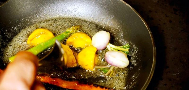 Au restaurant l'Empreinte, les légumes frais que Fabricio DelGaudio cuit dans sa poêle.