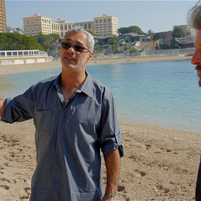 Cyril Lorenzi apporte un centrolophe à Laurent Paya à La Note Bleue de Monaco