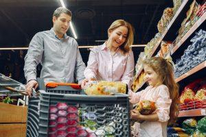 Famille qui est en train de faire des courses au supermarché