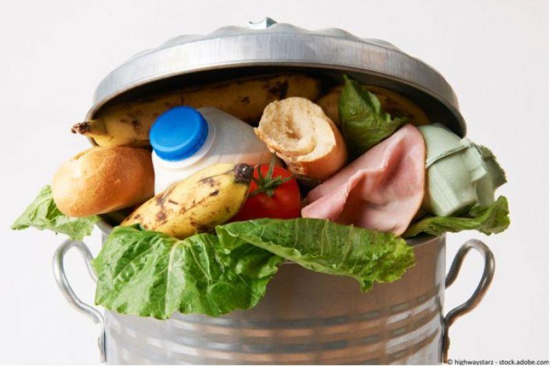 Poubelle avec des déchets alimentaires